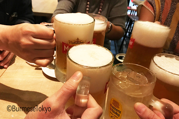 まずはミャンマービールで乾杯!