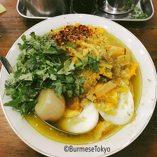 ヤンゴンの有名店で食べたモヒンガー