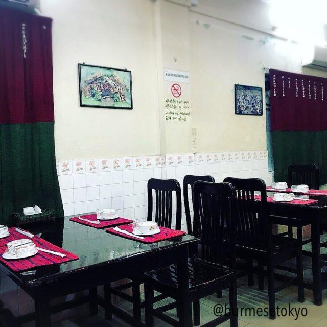 Jing Hpaw Myayの店内。民族カラーで統一。