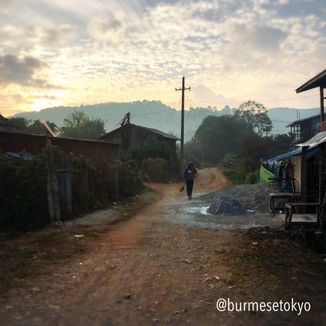 ミャンマーカローの住宅街の道