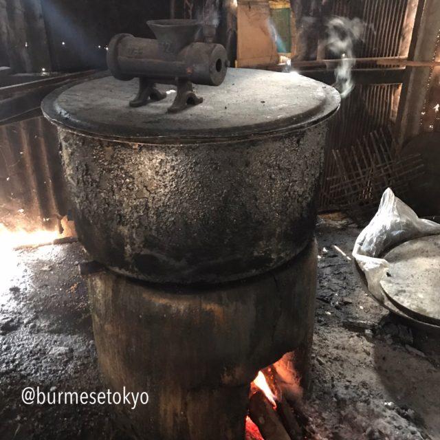カローの納豆作り(大豆を茹でている)