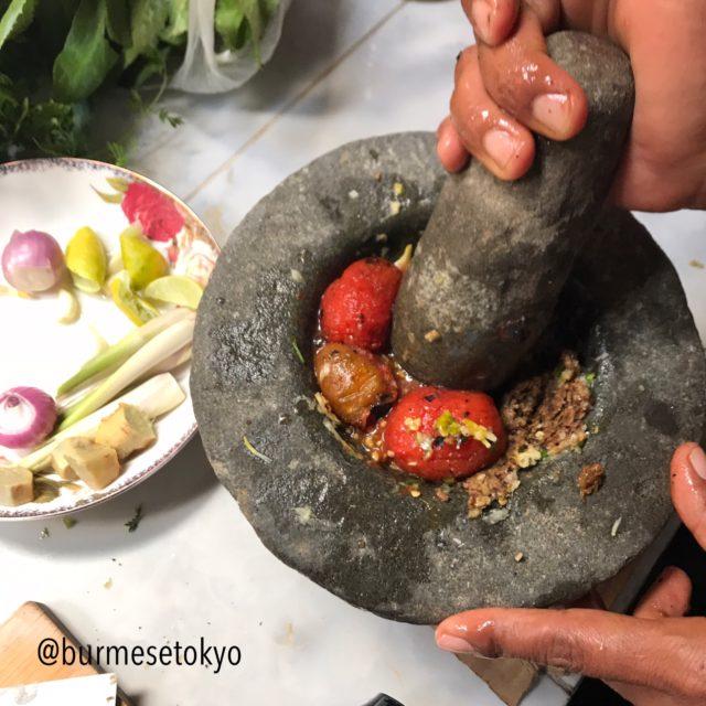 ミャンマー納豆とトマトを潰す図