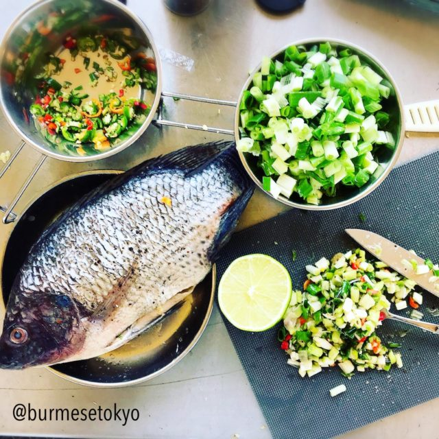ダイ族のレモングラス魚焼きをキャンプで実践