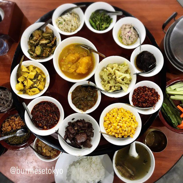 ビルマ料理店でおかずを一つ頼むとこのような副菜が自動的にでてくる