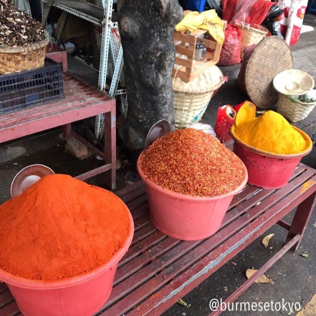 マンダレーのゼージョー市場で見た唐辛子粉の山