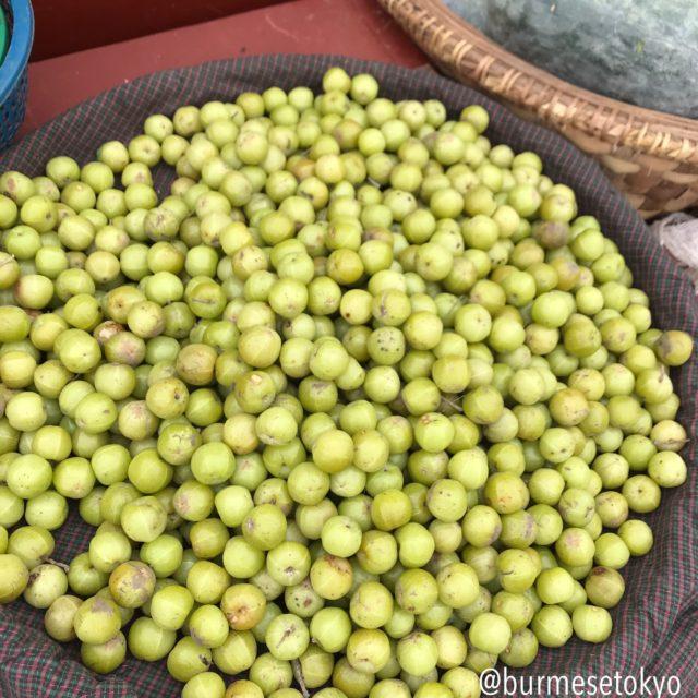 マンダレーの市場で売られていたアムラ