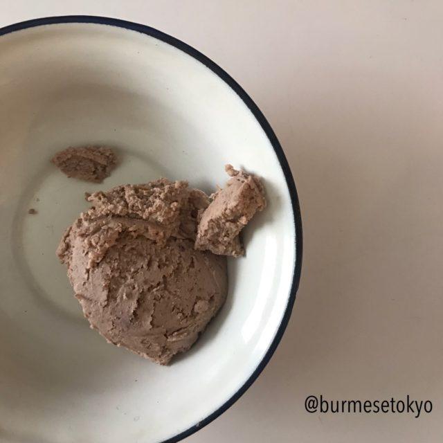 ミャンマー発酵食:ナンバッチン(ピーナッツの搾かすの発酵)